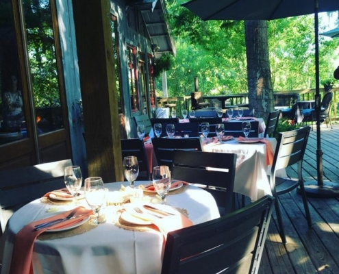 outdoor dining at palmettos restaurant in slidell